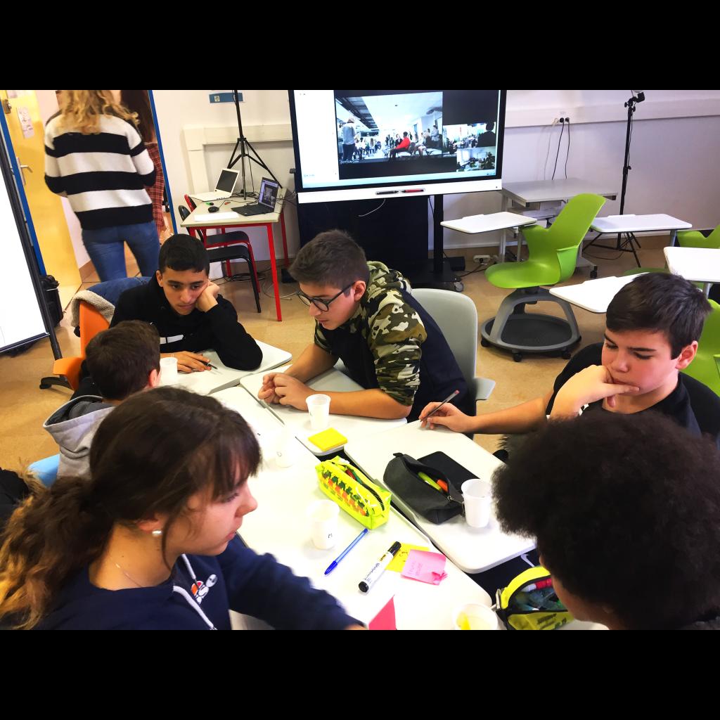Un groupe de lycéens travaillant sur les actions à mener. Chaque lycéen faisait une proposition d'action. en fin de journée